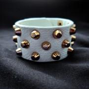 Кожаный белый браслет с шипами